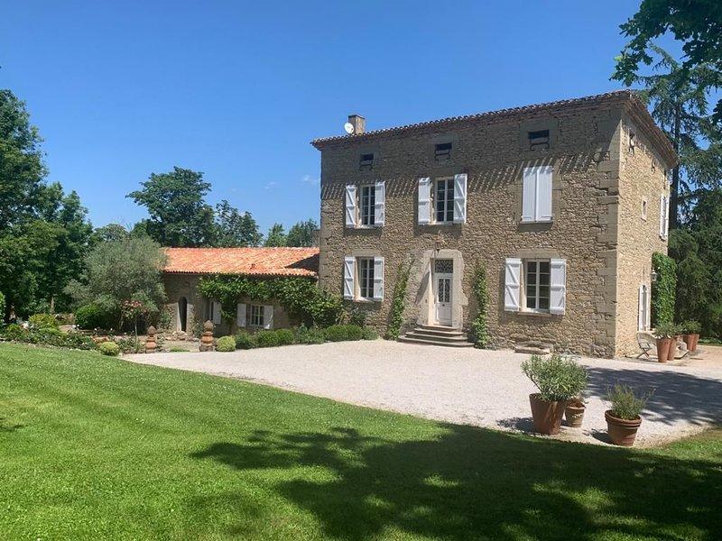 Maison de charme / dépendance / Piscine protégée, holiday rental in Montgaillard-Lauragais