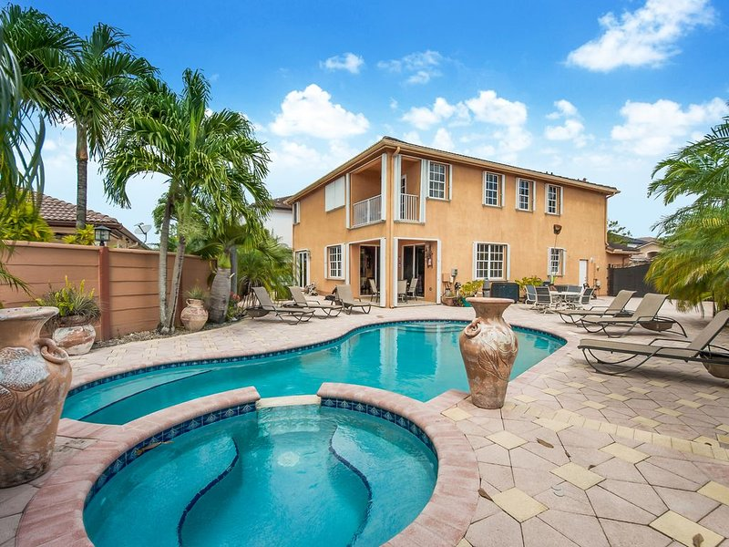 Spacious Beautiful MIAMI  Home On Lake With Large Pool and Waterfall Jacuzzi, holiday rental in Olympia Heights