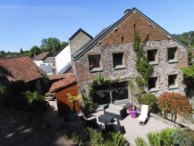 Champs de fauche, maison de caractère avec terrasses, jacuzzi et sauna, Ferienwohnung in Montigny-le-Tilleul