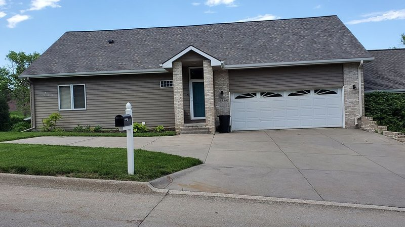 Quiet, Modern Home Close to it All, vacation rental in Ralston