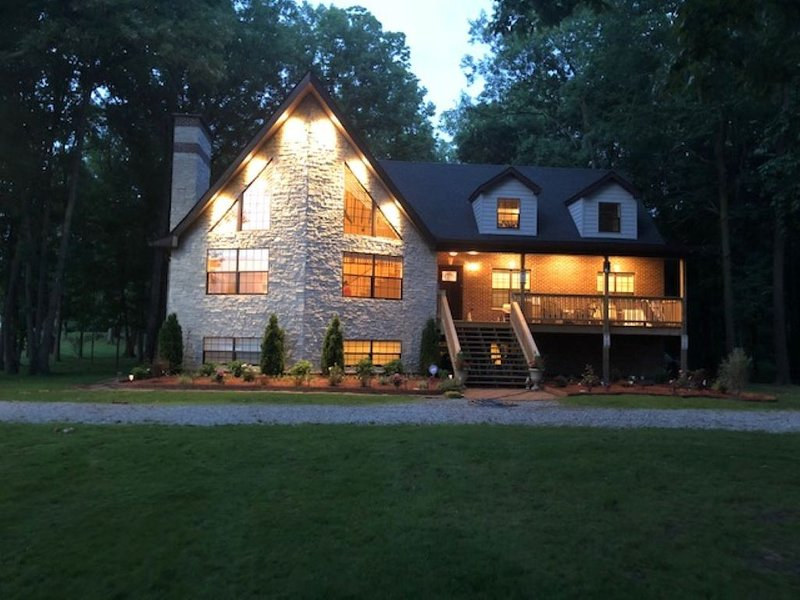 Perfect getaway minutes away from Maxinkuckee Lake & Culver Academy!, holiday rental in Knox