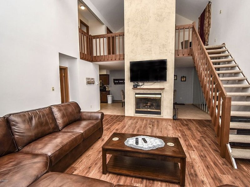 Cozy home in Poconos: Fireplace, Views., location de vacances à Bushkill
