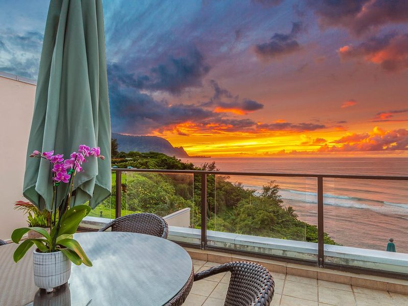New Owner! Stunning Oceanfront Condo with A/C & Sunset views, alquiler vacacional en Haena