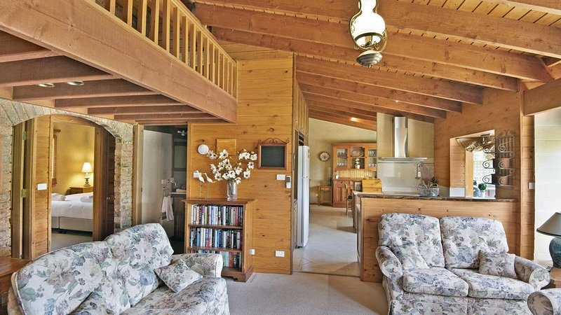 The Wolery - Outstanding 2 Bedroom Waterfront Property, holiday rental in Jindabyne
