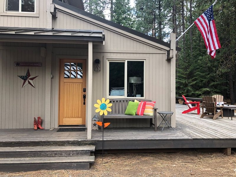 Updated Beautiful Cabin, 5 star reviews, bikes included, Outdoor fire table!, holiday rental in Central Oregon