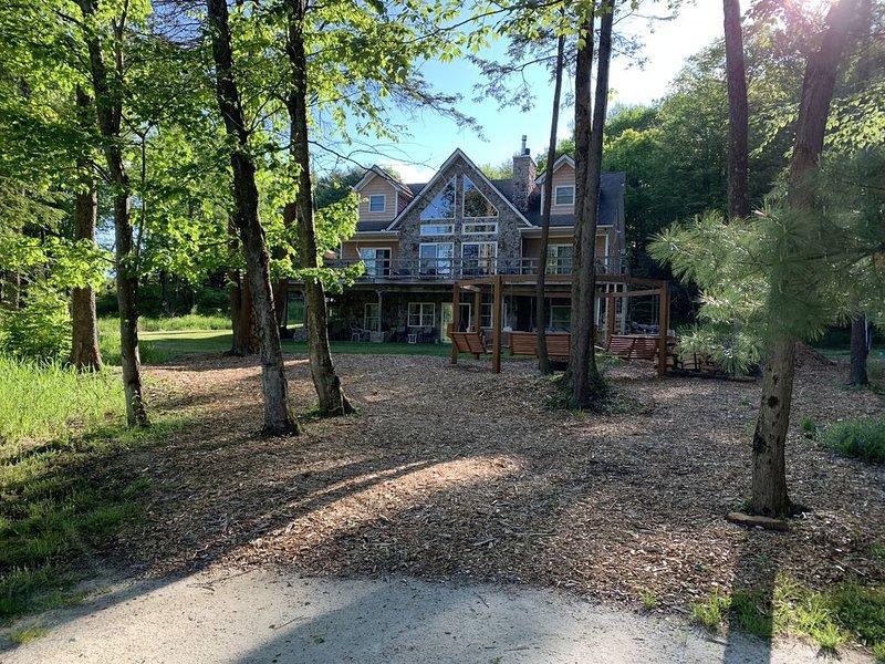 Stunning Lakehouse With Modern Amenities, holiday rental in Blakeslee
