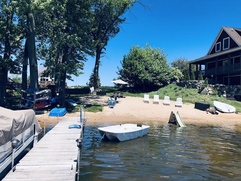 2020 Summer/Fall Dates Available: Renovated Chalet on All Sports Lake with Boat, holiday rental in Walhalla