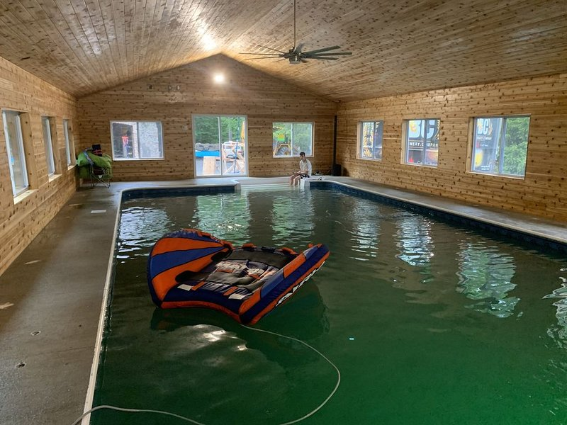 Private cottage estate with Indoor pool  Tennis court pickle ball court., vacation rental in Tobyhanna