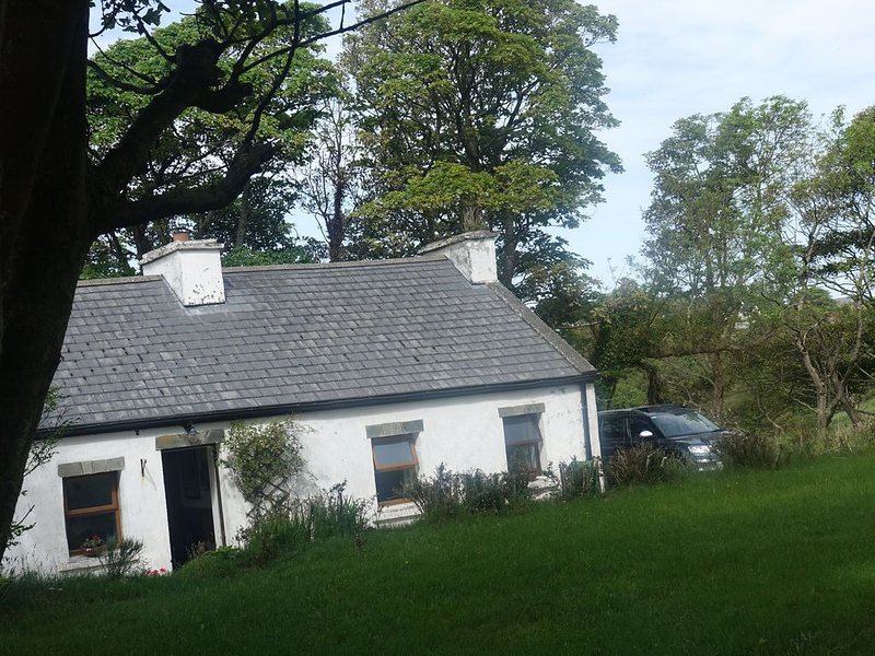 Secluded cottage in stunning mountain scenery near village, alquiler de vacaciones en Gweedore