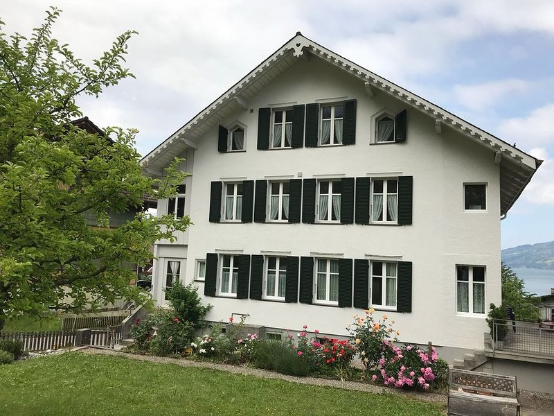 Dachwohnung mit Blick auf den Thunersee und Berge, holiday rental in Leissigen