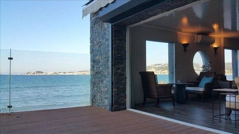 Une situation exceptionnelle pour cet appartement  pieds dans l'eau à Sanary, location de vacances à Sanary-sur-Mer
