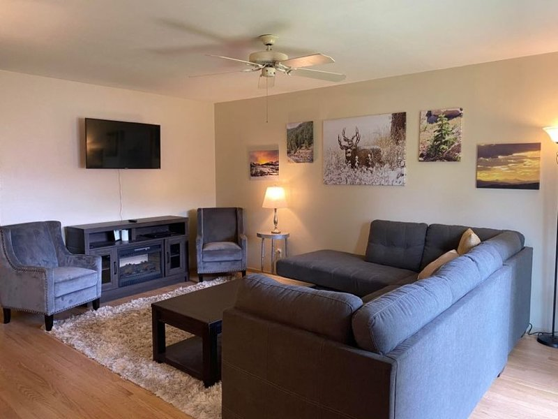 Beautiful Rancher Sleeps 15/Near Colo Spgs Airport, holiday rental in Fort Carson