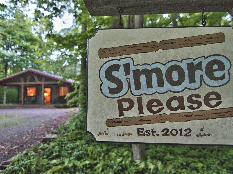 S'More Please at Lake Naomi-Cozy Ski Cabin, casa vacanza a Pocono Pines