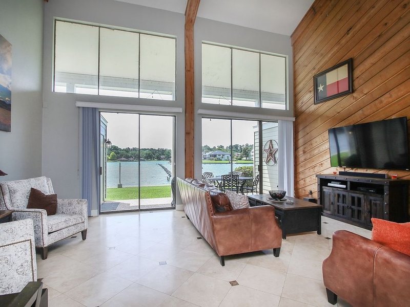 Spacious Waterfront Condo on Lake Conroe, holiday rental in Montgomery