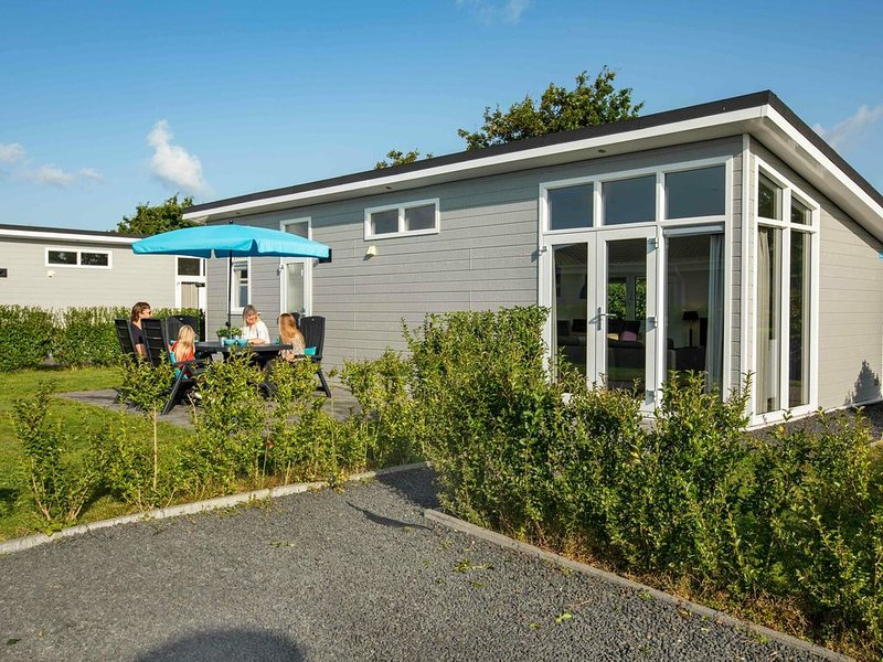 Comfortable freestanding five-person holiday home with a terrace., vacation rental in Heukelum