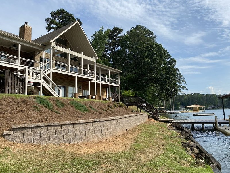 Luxurious lake front home on deep clean  water, vacation rental in Monticello