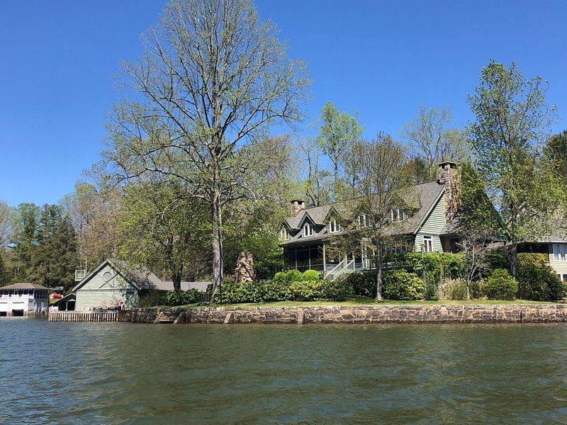 Luxurious Lake Summit Lakefront Home, aluguéis de temporada em Flat Rock