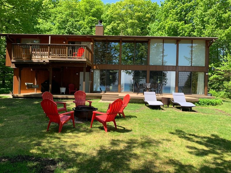 Private Suttons Bay Waterfront Home with Wi-Fi, Central Air, Near Traverse City – semesterbostad i Suttons Bay