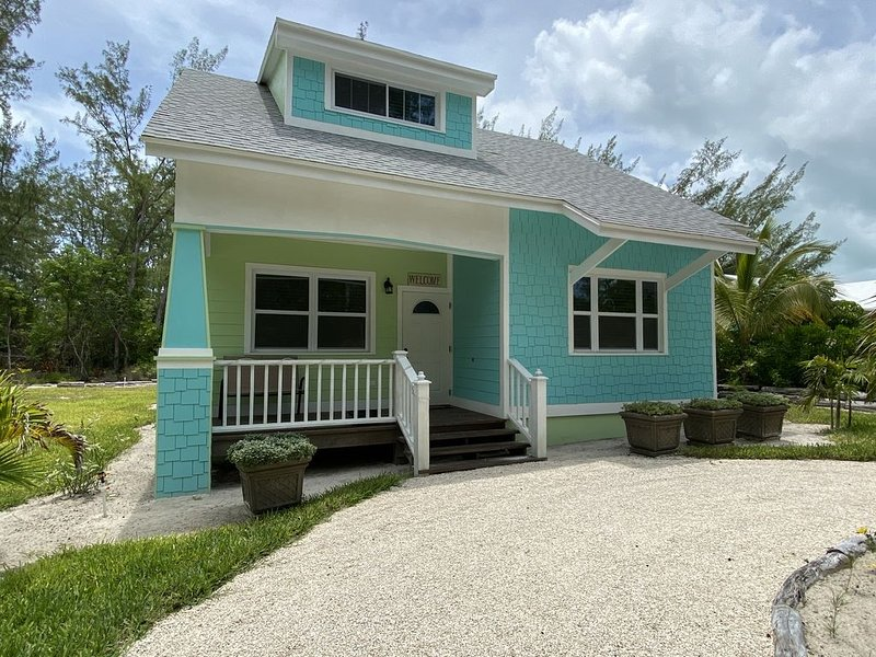 Green Turtle Cottage/Free Kayak/1 minute walk to Beach on Quiet dead end Street, holiday rental in Saint Georges Island