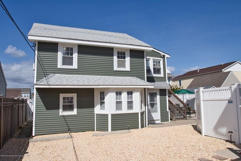 Lavallette New Home Steps from Beach! Sleeps 11, 4 BR 2 BA, Beach Tags included, holiday rental in Lavallette