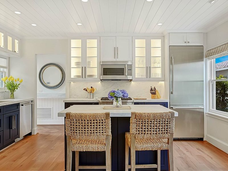 NEW! Impeccably remodeled luxury retreat in the heart of West Beach - no need fo, alquiler de vacaciones en Santa Bárbara