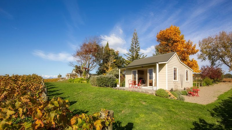 Seaside Vineyard Cottage with Stunning Views, vacation rental in Mapua