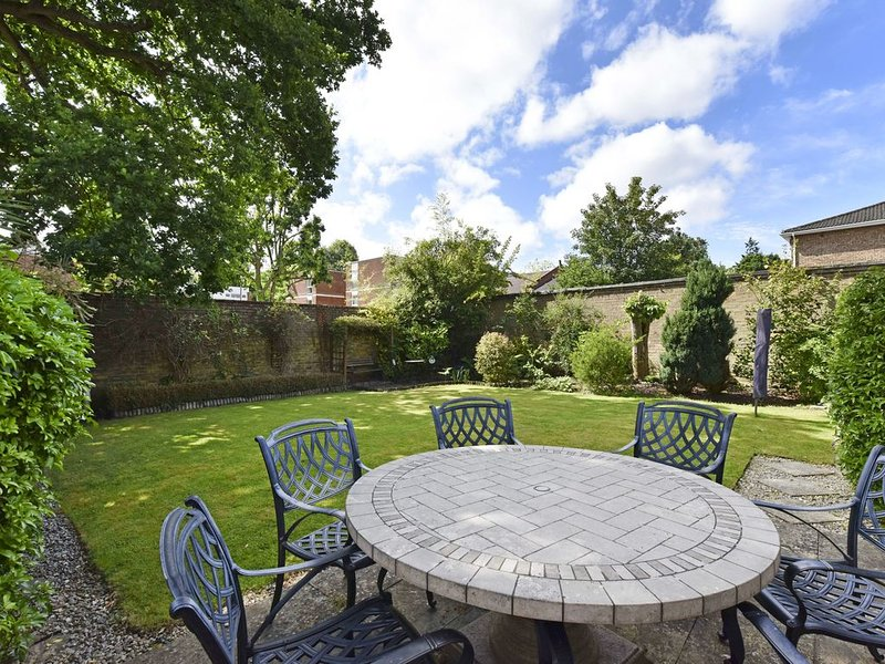 3 bedroom house with walled garden 30 mins to London by rail, location de vacances à Chobham