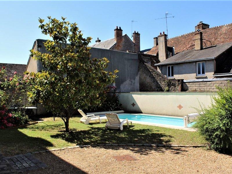 ** Grande Maison de Ville  **  Piscine - Jardin - Parking Privé, vacation rental in Fontaines-en-Sologne