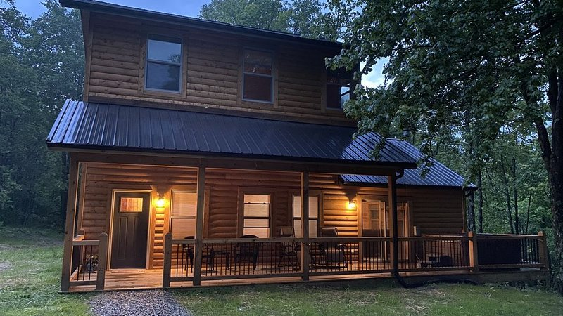 NEW! Cabin in Hocking Hills with Hot tub, Corn hole, Grill & 66 Acres of Hiking – semesterbostad i McArthur