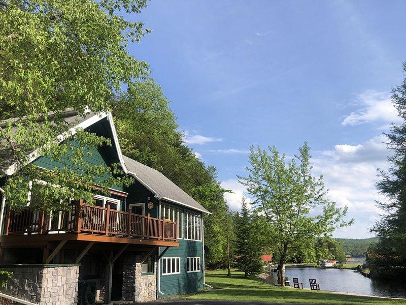 4 bed/3 bath Waterfront home off Fourth Lake, casa vacanza a Eagle Bay