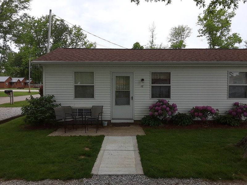 Lovely Cottage on GOTL Strip, holiday rental in Painesville