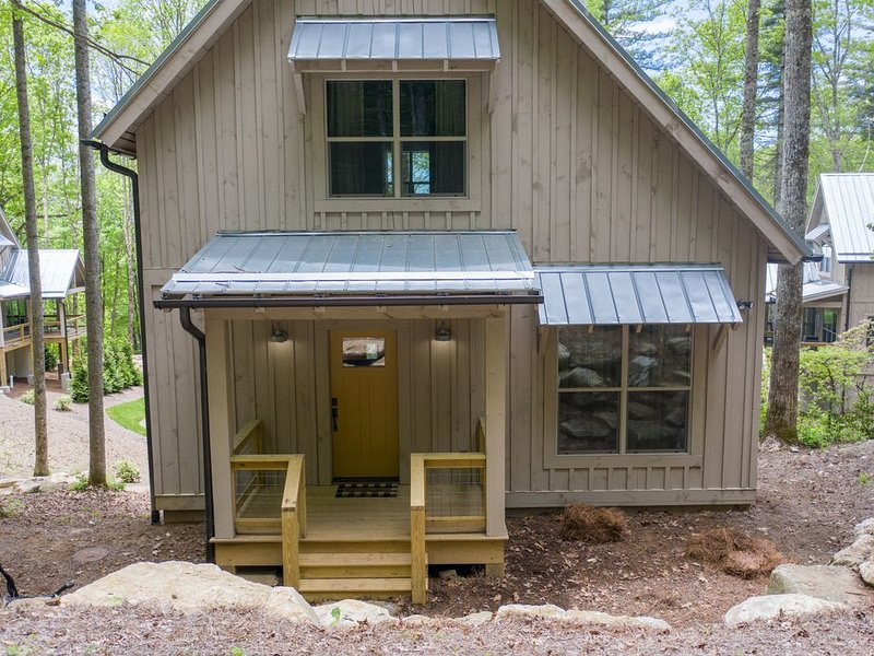 New cottage on 30 acres next to serene Nat'l Forest & beautiful Shortoff Mtn., holiday rental in Highlands