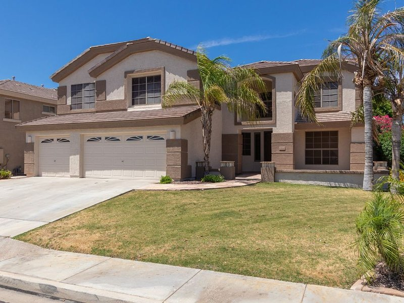 Beautiful 5 bedroom Home with heated Pool and Hot Tub., alquiler vacacional en Peoria