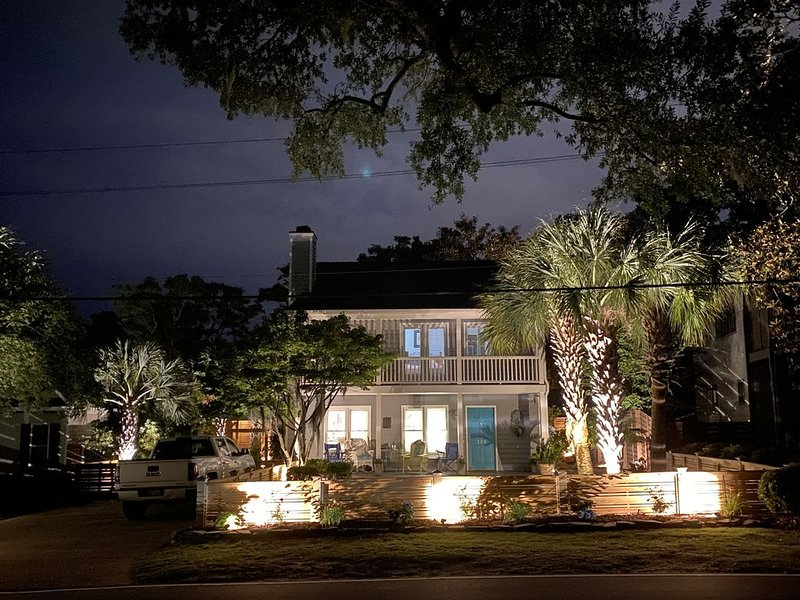 Airlie Road Cottage renovated with double front porches, palm trees and WiFi, vacation rental in Wilmington