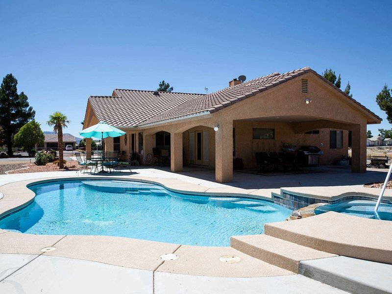 VILLA DE FLORENZA custom home with pool and jacuzzi on fenced acre, Ferienwohnung in Pahrump