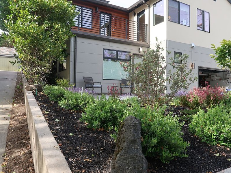 Newly Built Piedmont 1BR with private landscaped porch and parking, holiday rental in Canyon