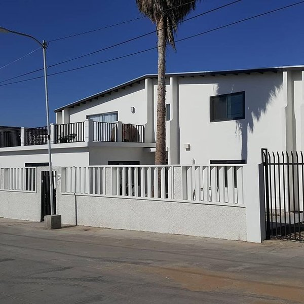 Newly remodeled two story house with beautiful view sleeps fifteen comfortably!, alquiler de vacaciones en Ensenada