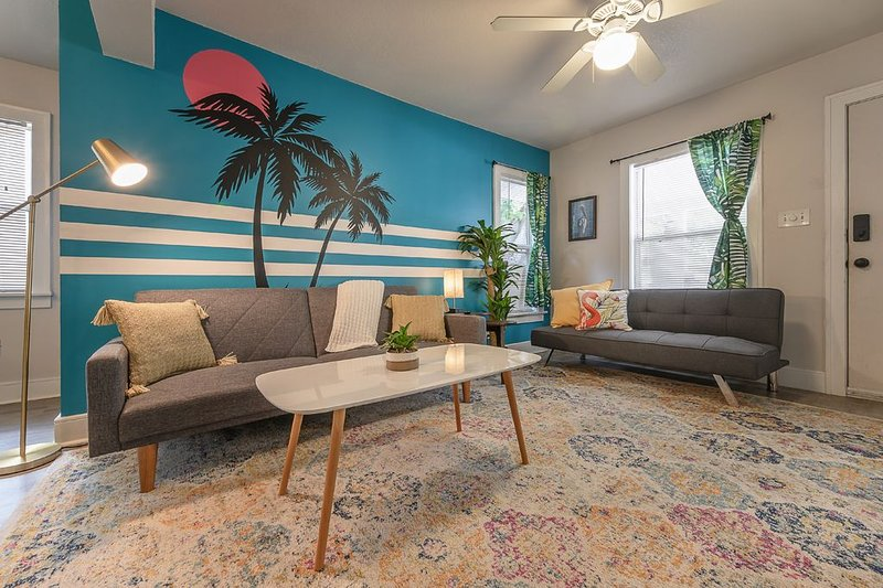 'I HeART the Burg' - Cozy 2 BR Apt for 5, holiday rental in St. Petersburg