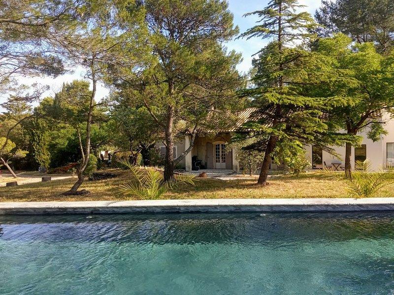 Maison de charme avec piscine dans le calme des Alpilles  6 à 10 personnes, casa vacanza a Mas-Blanc-des-Alpilles