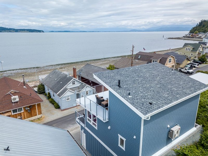 AC, kayaks, rooftop deck with fire pit, buoy, boat launch and incredible views!, casa vacanza a Stanwood