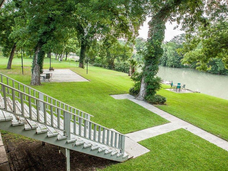 The river is great Sunday to Thursday too... COME Relax, rejuvenate and play!, aluguéis de temporada em New Braunfels