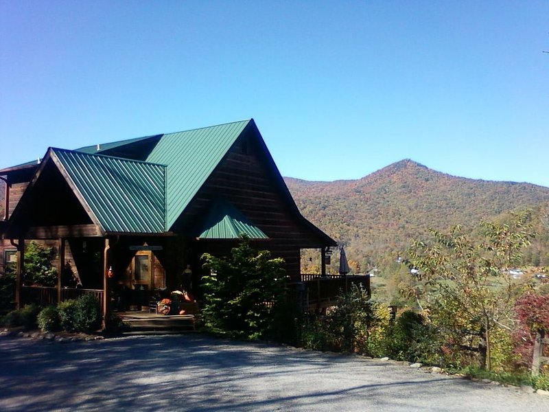 Beautiful, Rustic, Private, Mountain Cabin with Million$ Views!, aluguéis de temporada em Hiawassee