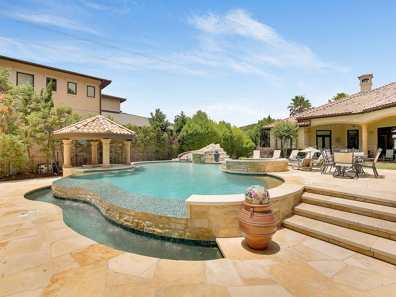 ABOVE LAKE AUSTIN HACIENDA I Lakefront I Up to 20 Beds   Sport Court I Oasis, holiday rental in Bee Cave
