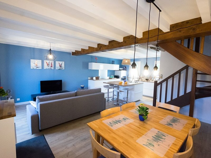 Maison jardin très calme rénovée à neuf proche vieux village/port/plage chalets, holiday rental in Gruissan