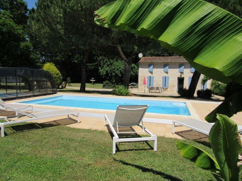 Maison de charme en pierres à Nancras avec piscine et grand jardin clos ombragé, alquiler vacacional en La Gripperie-Saint-Symphorien
