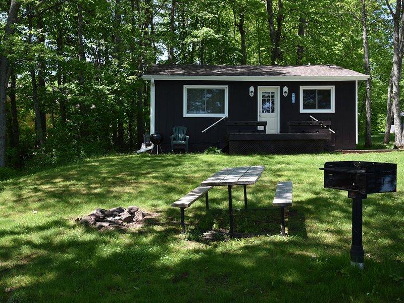 3 Bedroom Cabin on Lake Gogebic, alquiler vacacional en Bergland