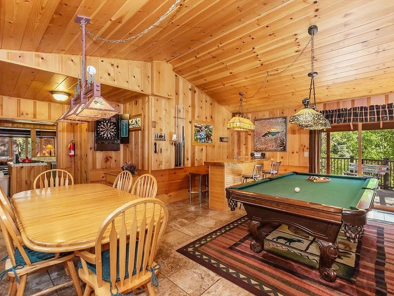 Pine Rock Cabin – Pool Table – Walk to Slopes/Golf, location de vacances à Big Bear Lake