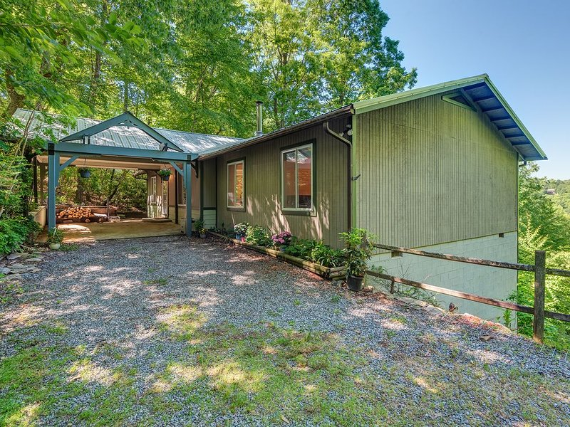 Newly Renovated Home w. Stellar Long Range Mountain View in Brevard, NC, holiday rental in Pisgah Forest