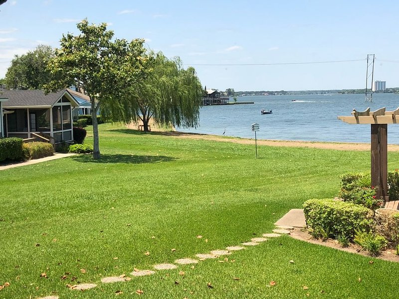 Gorgeous 3/2 lake view house - huge patio with view., vacation rental in Montgomery