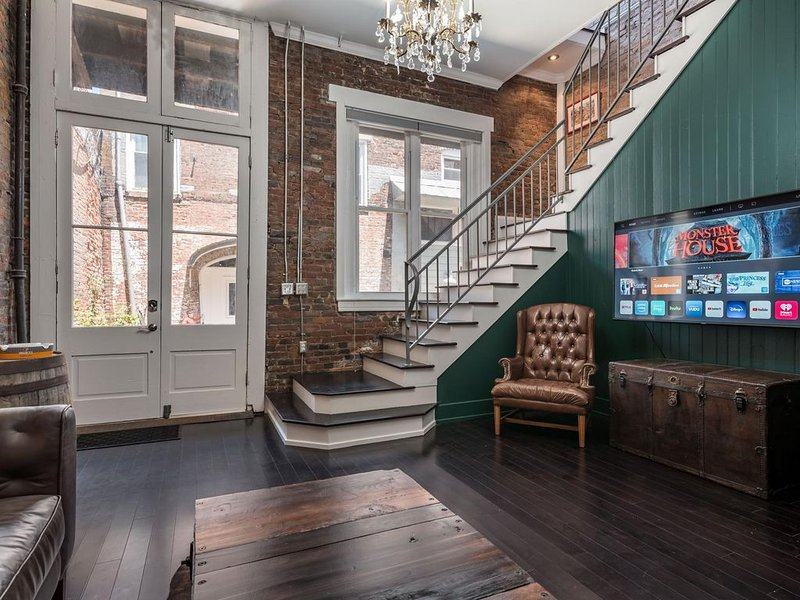 New! CASA OMARA - Incredibly unique experience in the HEART of Downtown!, location de vacances à Jeffersonville